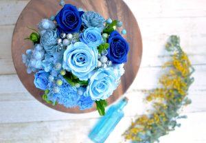 濃淡多彩なブルーのプリザーブドフラワーのアレンジメント