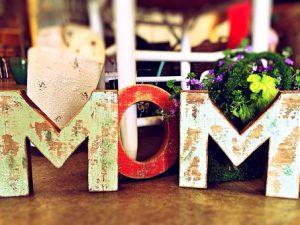 英語でマムと書いた木製の飾り