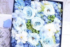 ボックスに入ったブルー色の花と葉物
