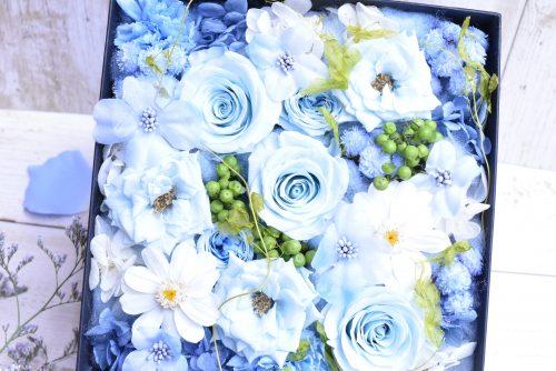 ブルーのプリザーブドフラワーのバラを使用したボックスフラワー