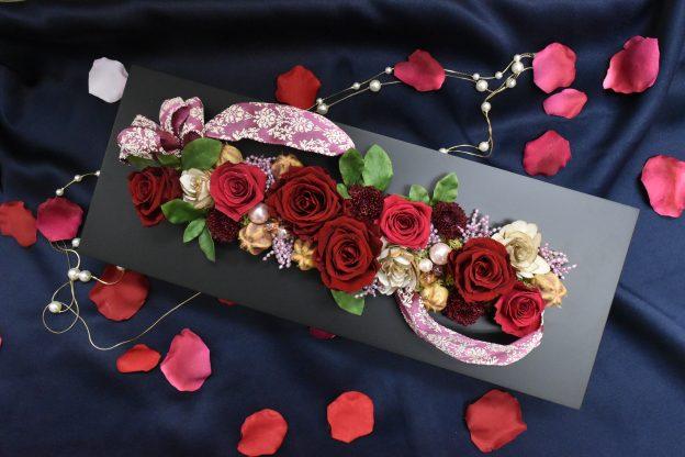黒縁にシックな赤薔薇の壁掛けプリザーブドフラワー