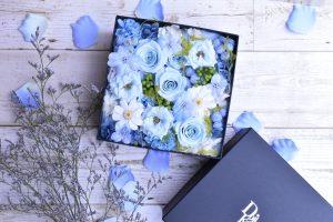 淡いブルーのバラがたくさん入ったBOXフラワー