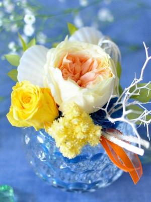 イエロー、オレンジ系のバラとホタテ貝のアレンジメント