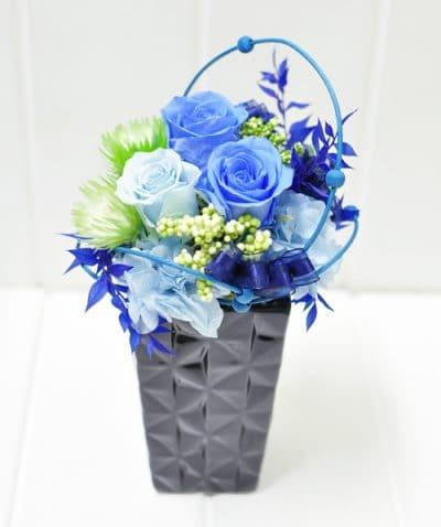 黒い陶器に入ったブルーのプリザーブドフラワー