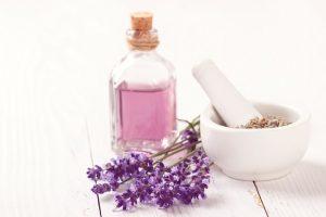 紫のアロマオイルとラベンダーの花