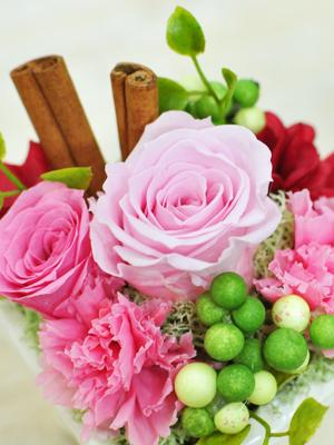 ピンクのバラとシナモンのアレンジメント