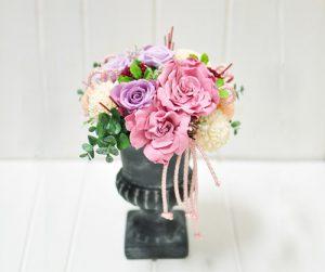 紫の花びらのクチナシの花を使ったアレンジメント