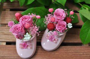 ピンクの靴にピンク色のミニバラをアレンジ