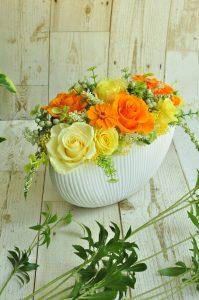 オレンジ、イエローの花びらのバラのアレンジメント