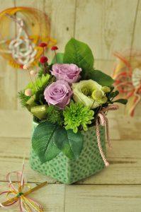 紫と薄緑の花びらのバラのアレンジメント
