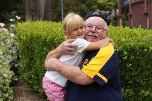 外国人の孫とおじいさんが抱き合っている