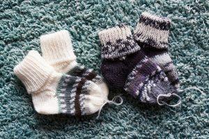 暖かそうな2足の靴下