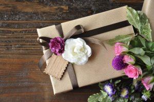 敬老の日のプレゼントボックスと花