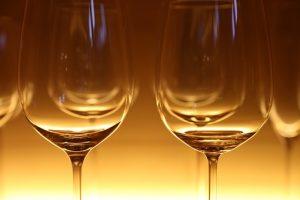 光があたったワイングラスの画像