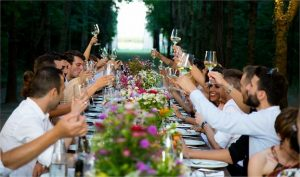 結婚パーティーで食事をする人々