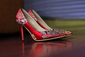 刺繍の入った赤い靴の画像