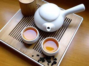 急須と湯呑に入ったお茶の画像