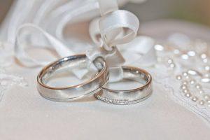 男女の結婚指輪の画像
