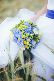 青い花が入ったブーケ