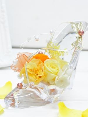 透明のアクリルハイヒールにオレンジのバラ