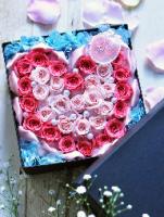 バラでハートマークを作ったボックスフラワー