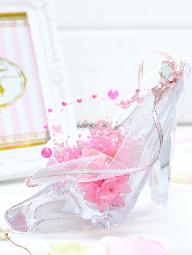 ガラスの靴にピンクのプリザーブドフラワーが入ったプロポーズ向けの花
