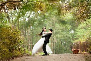 結婚式で喜ぶカップルの画像