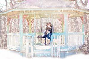 冬の公園でデートをするカップルの画像
