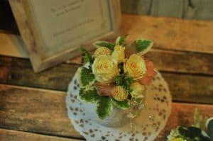 黄色い花びらのばらを使ったアレンジメント画像