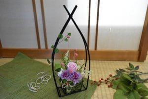ピンクのバラとパープルのカーネーションの和風アレンジメント画像