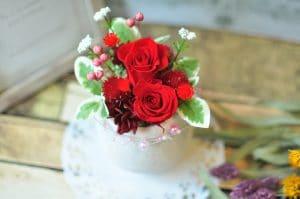 赤い花びらのバラのアレンジメント画像