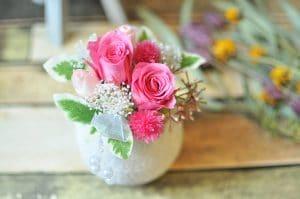 ピンクの花びらのバラを使ったアレンジメントの画像