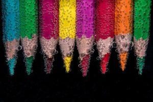 水につかった色鉛筆の画像