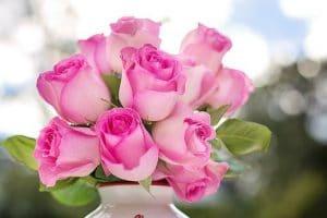 ピンクのバラが花瓶に活けられている