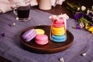 色とりどりのお菓子のマカロンの画像