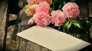花びらがピンクの花と手紙の画像
