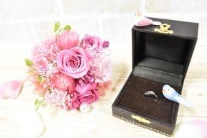 プロポーズのプリザーブドフラワーと指輪
