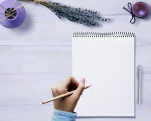白いノートに手紙を書いている手元の画像