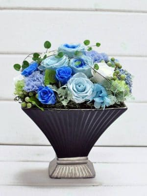黒い陶器に入ったブルーのバラのプリザーブドフラワー