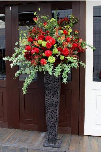 赤いバラとダリアのデザインスタンド花