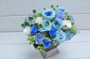 青いバラのプリザーブドフラワーのアレンジメント