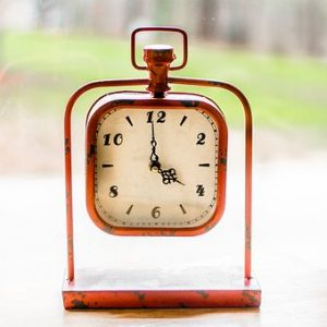 針が4時を指した置時計