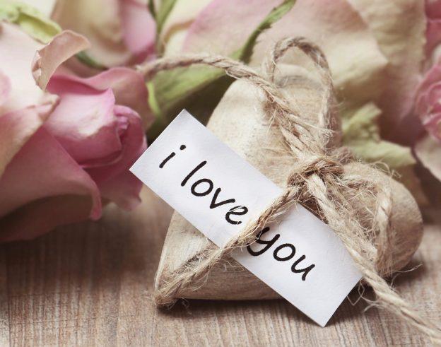 ハートに I love you と書いた紙を紐で挟んでいる