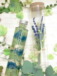 ブルーとグリーンを基調としたハーバリウムととコルクの蓋が付いたボトルフラワーが並んでいる