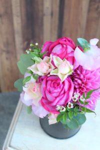 ピンクの花びらのバラのアレンジメント