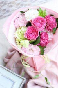 ピンクバラと白い花を合わせたブーケ