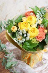 イエローバラとオレンジのカーネーションの花束