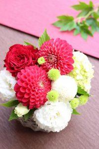 赤い花びらのダリアと白いマム、トルコキキョウの画像