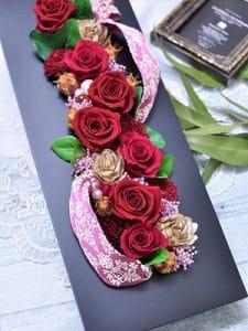 赤い花びらのバラを使ったフレームアレンジメント